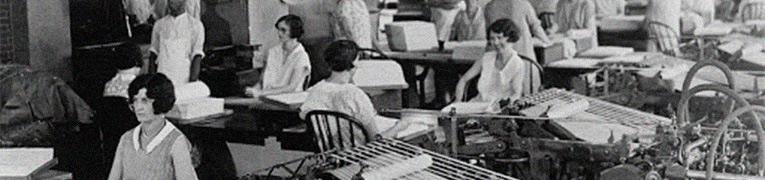 foto antiga em preto e branco de mulheres trabalhando em uma fabrica